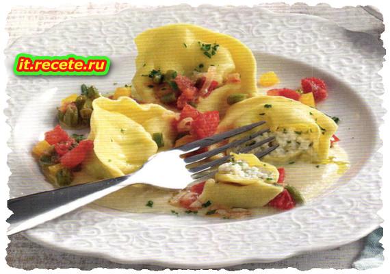 Ravioli alla mozzarella su salsa di melanzane