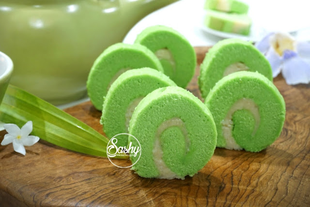 Pandan Roll with Cream Cheese Filling  ( bolu gulung pandan isi cream cheese)