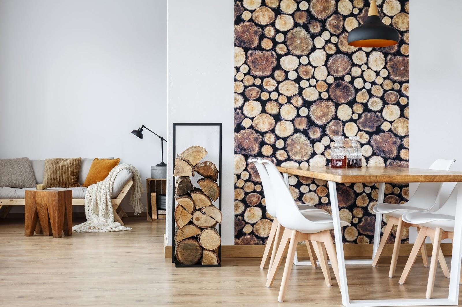 Sofá gris con mesa auxiliar o taburete de madera en bruto