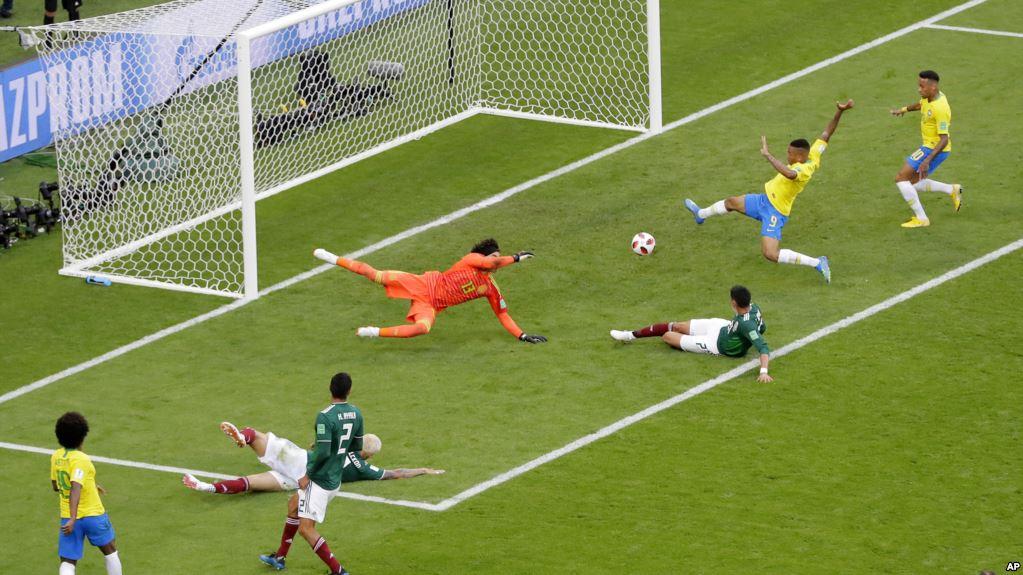 Neymar anotó el primer tanto y asistió en el segundo de Brasil / AP