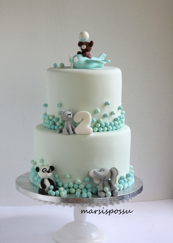 Eläinhahmoin koristeltu kakku 2-vuotissynttäreille