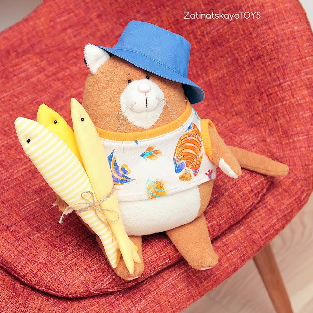 Кот Сырник в летней одежде, которого я сделала своими руками из ткани по своей выкройке и пошаговому мастер-классу