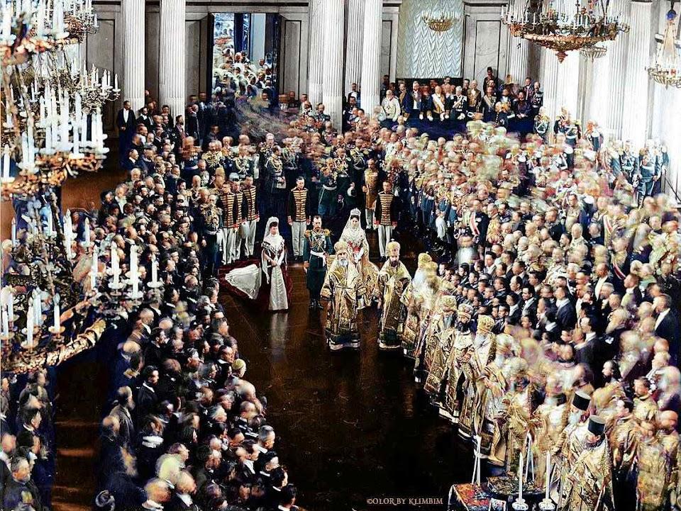 O tsar Nicolau II abre a primeira sessão da Duma (Parlamento) em São Petersburgo, 1906, com participação dos bispos cismáticos. Por trás das belas aparências se avolumava uma das piores catástrofes da História.