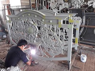 Foto proses pengelasan pagar besi tempa klasik di bengkel las Dzaky Jaya.