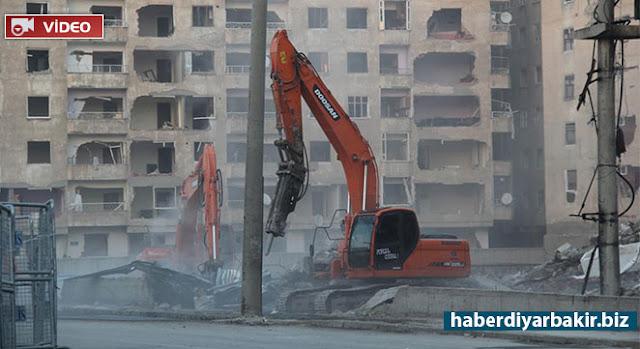 DİYARBAKIR-Diyarbakır'ın Bağlar ilçesinde PKK tarafından bomba yüklü araçla düzenlenen saldırının ardından yapılan incelemeler sonucu hasar gören 2 binanın yıkımına başlandı.