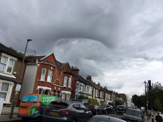 Nuvem 'Buraco Negro' assusta moradores de Londres - Img2