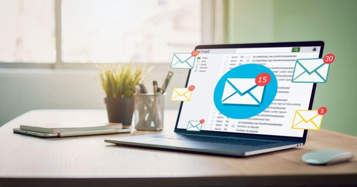 الفرق بين البريد الإلكتروني العادي والتجاري