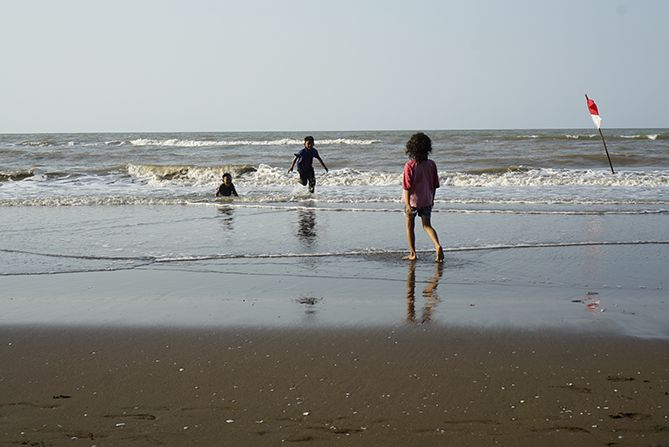 Wisatawan di Pantai Payung Sewu Batang