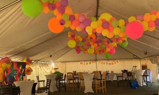 Festzeltdekoration mit Luftballons.