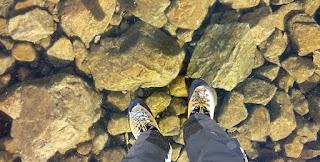 Kristálytisztán fagyott be egy tó vize a Magas-Tátrában