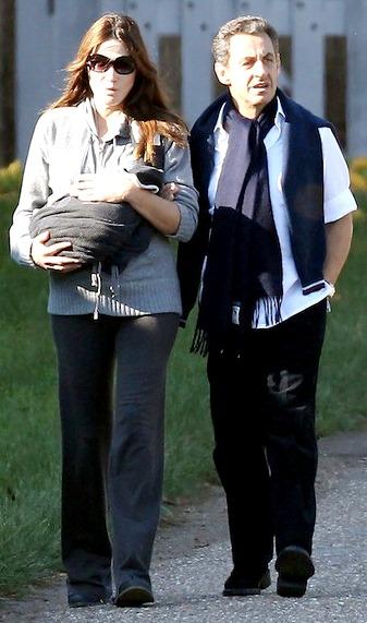 Foto de Nicolas Sarkozy paseando con su pareja e hija