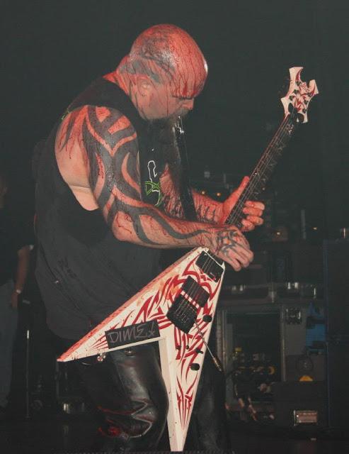 foto 2 de kerry king de slayer se encuentra con un tatuaje de si mismo