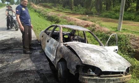 Mobil yang terbakar.