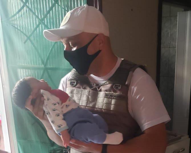 Soldado da Brigada Militar visita bebê que ajudou a salvar em Cachoeirinha