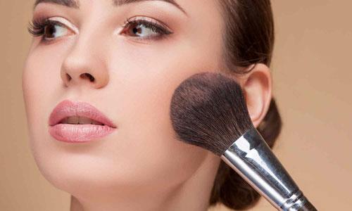 Cómo aplicar el colorete en un maquillaje de día