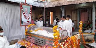 निमाड़ के जननायक सांसद नंदकुमार सिंह चौहान के पार्थिव देह पर कर्मचारी संघ ने पुष्पांजलि अर्पित कर शोक व्यक्त किया