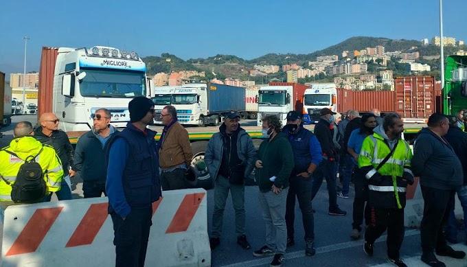 Genova, 'no pass' bloccano la rampa della sopraelevata