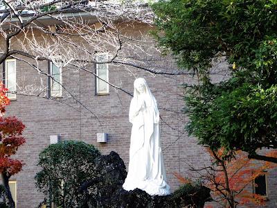 中庭のマリア像