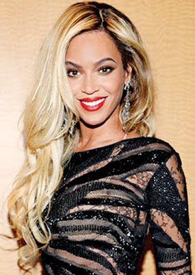 Biografi Lengkap Beyonce     Biodata   Nama Lengkap : Beyonce Giselle Knowles  Tampat dan Tanggal Lahir : Houston, Texas pada 4 September 1981  Pekerjaan : Penyanyi, aktris  Genre : R&B, pop, soul  Instrumen : Vokal  Biografi   Beyonce memulai karir musiknya sebagai penyanyi utama pada grup vokal R&B wanita, Destiny's Child. Grup ini mencapai kesuksesan secara global dan menjadi salah satu grup wanita tersukses sepanjang masa. Bubarnya Destiny's Child membuat Beyonce akhirnya memilih untuk bersolo karir. Album debutnya, Dangerous in Love dirilis pada tahun 2003. Album ini sukses terjual 11 juta kopi dan memenangkan 5 Grammy Awards sekaligus. Lagu Crazy in Love yang ada di dalamnya menempati posisi puncak Billboard number-one dan disebut sebagai salah satu lagu terbaik di era 2000-an.   Beyonce merilis album solo keduanya, B'Day pada tahun 2006. Album ini pun membantu menstabilkan Beyonce sebagai penyanyi wanita internasional dan lepas dari bayang-bayang Destiny's Child yang membesarkan namanya. I Am... Sasha Fierce dirilis pada tahun 2008 sebagai album ketiga Beyonce. Ia lalu memenangkan enam Grammy Awards pada tahun 2010, termasuk Song of the Year pada lagu Single Ladies. Hal ini menjadikan Beyonce sebagai artis dengan gelar Grammy Awards terbanyak dalam satu tahun. Ia lalu merilis album keempatnya