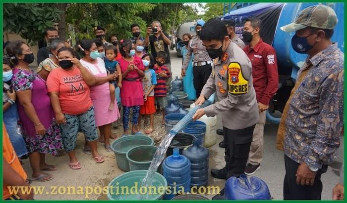 Terdampak Kekeringan, Polresta Mojokerto Salurkan Air Bersih di Pedesaan Banyulegi