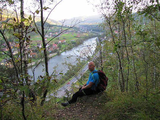Skraj urwistych skałek, skąd mamy fenomenalny widok na dolinę Dunajca.