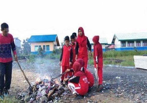 Guru Honorer SDN Sardangan yang rutin pungut smpah, membakar sampah bersama siswanya