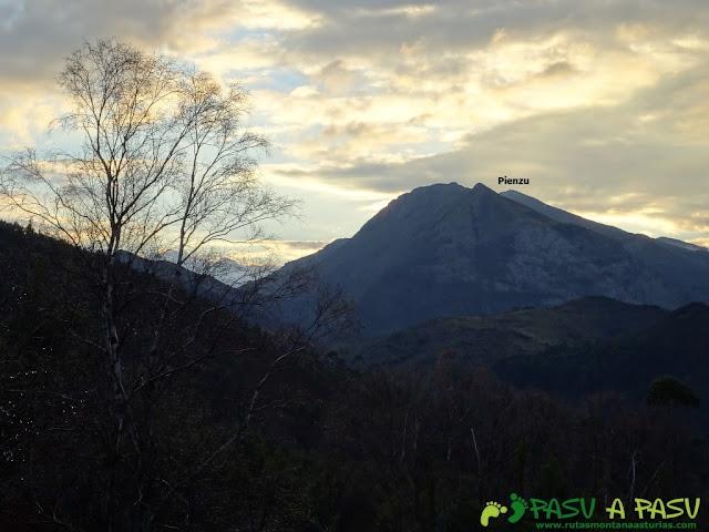 Ruta al Pico Gobia y La Forquita: Vista del Pienzu desde la Forquita