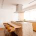 Cozinha branca e amadeirada com ilha em bloco de granito rústico!