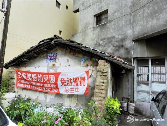 完整的老房子,上面的布條是易姊以前的托兒所