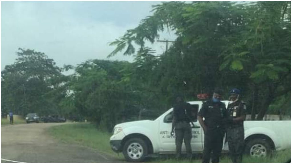 Ajayi vs Akeredolu: Armed security men take over Ondo Assembly, bar journalists #Arewapublisize