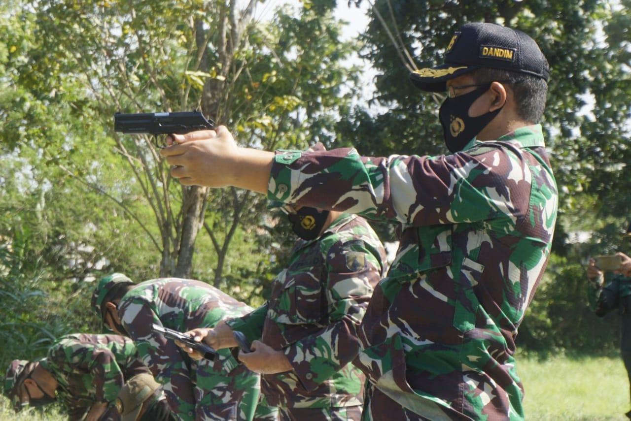 Tingkatkan Kemahiran, Dandim Ngawi Laksanakan Latihan Menembak