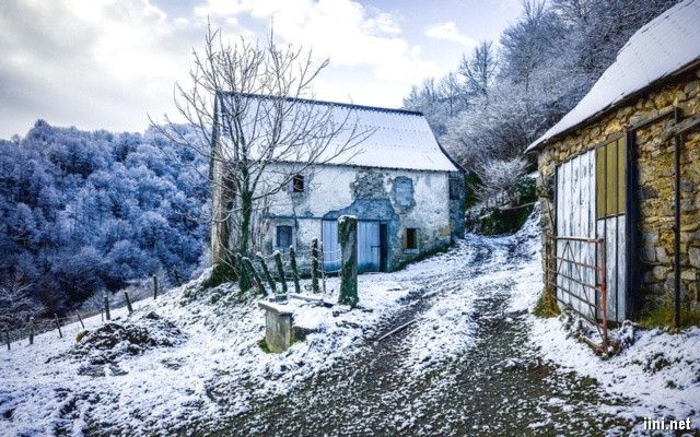 ảnh ngôi nhà nhỏ giữa mùa đông