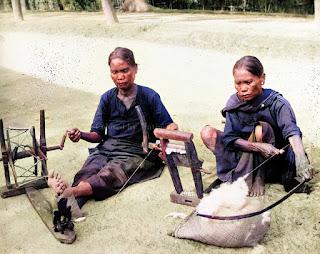 dua wanita batak mengolah benang kain ulos