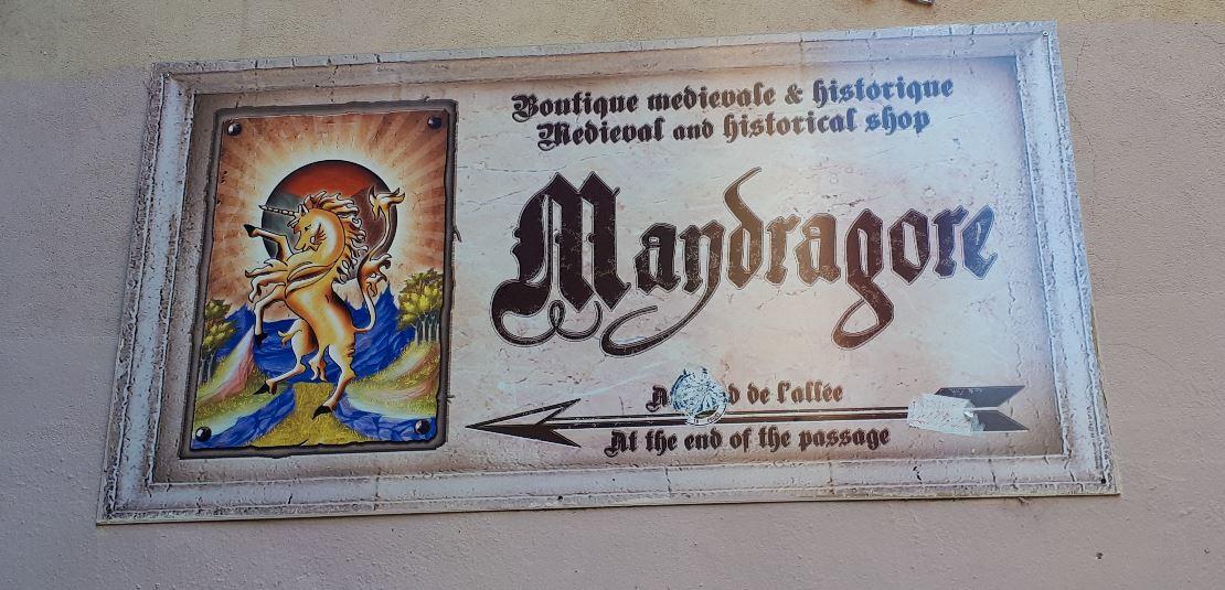 Pancarte qui indique l'entrée de la boutique Mandragore dans le vieux-Lyon