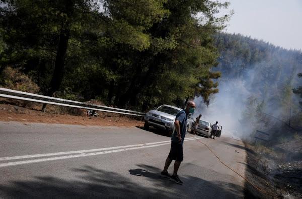 Επίθεση σε τηλεοπτικό συνεργείο στους Θρακομακεδόνες, χτύπησαν τη δημοσιογράφο (VIDEO)