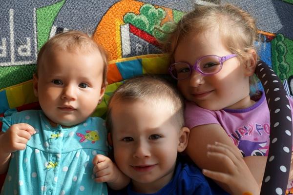 Rodzeństwo roko po roku, maluszek i przedszkolaki