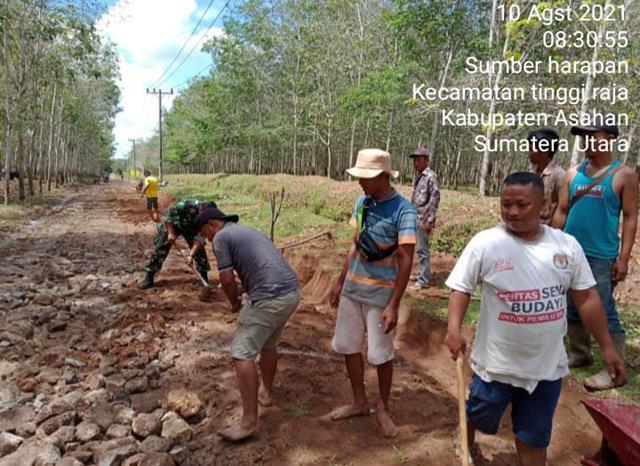 Dengan Melaksanakan Gotong-royong Pembersihan Dan Penimbunan Badan Jalan Personel Jajaran Kodim 0208/Asahan