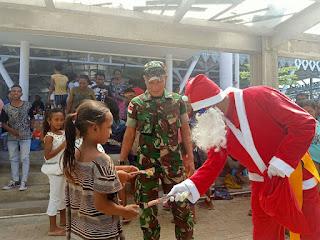 Sinterklas Natal Satgas Yonif R 142 Bagi Warga Motaain