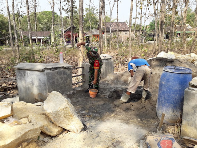 Bantu Perbaiki Jembatan Desa Dukuh, Babinsa Hidupkan Kembali Semangat Gotong Royong