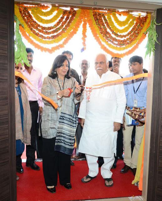 Kiran Mazumdar Shaw cutting the ribbon along with R.V Deshpande