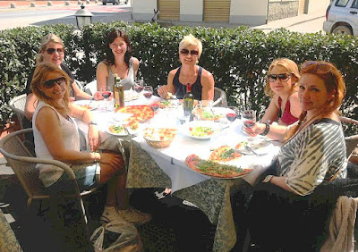Happy customers at Ristorante Pizzeria La Cantina in Tuscany
