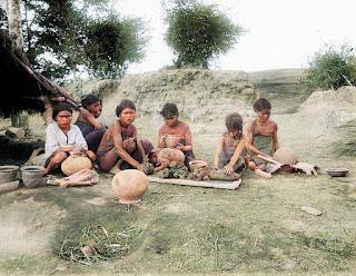 pembuatan tembikar dari tanah liat oleh gadis batak