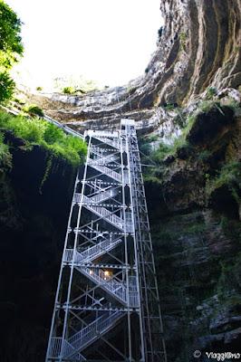 Gli ascensori e le scale per scendere nell'orrido delle Grotte di Padirac