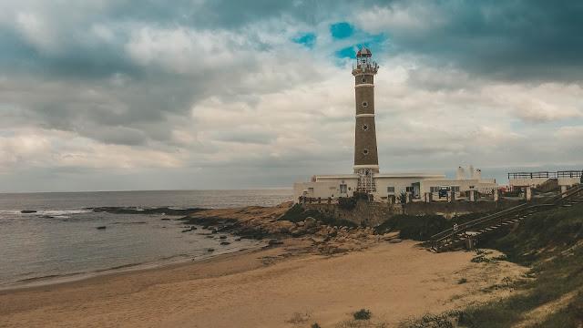 Farol na beira da praia de Jose Ignacio