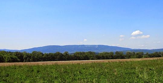Góry Bystrzyckie z masywem Jagodnej widziane z Kotliny Kłodzkiej.