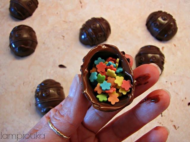 Φτιάχνουμε σοκολατένια αυγά με έκπληξη.
