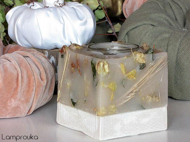 Κερί με αποξηραμένα λουλούδια σε βάση από τσιμέντο