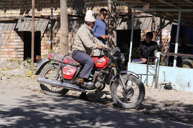 Kirghizistan, Arslanbob, Moto Inn, ak kalpak, © L. Gigout, 2012