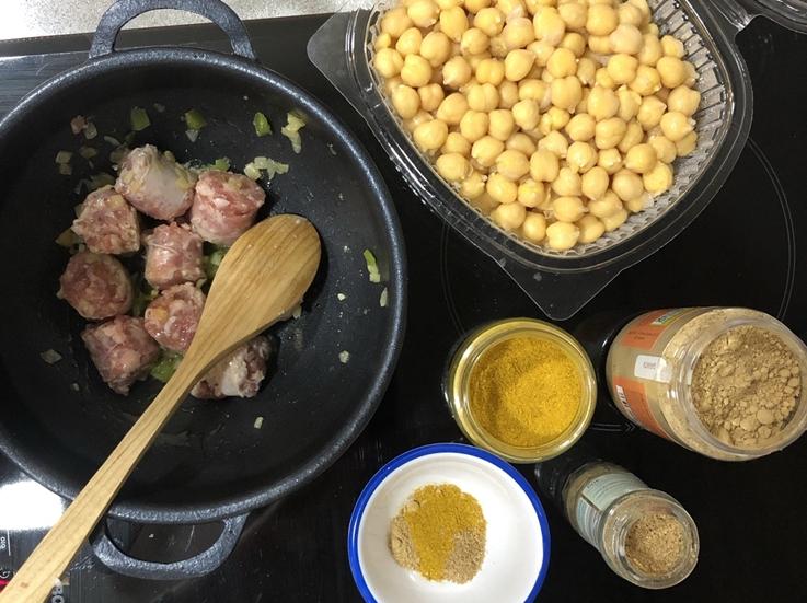 Curry de garbanzos con butifarra