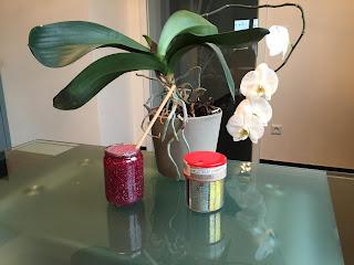 Fabrication du bocal de retour au calme, eau + colle transparente + colorant alimentaire + paillettes, DIY